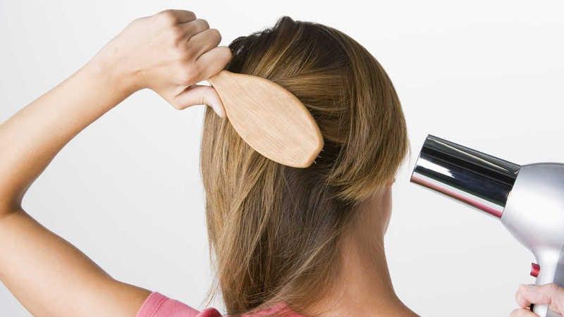 сушим волосы феном